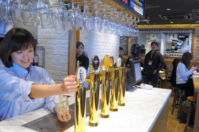 バルのようなケンタッキーフライドチキン高田馬場店=2016年3月、東京都新宿区