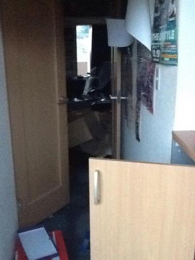 地震で家具が倒れ、足の踏み場も無くなった、対馬さんの部屋