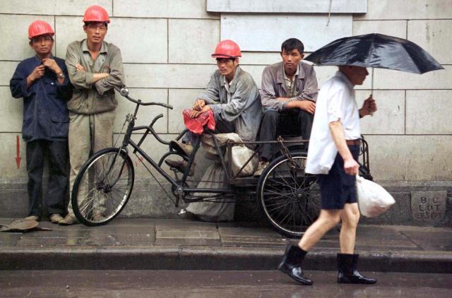 1997年8月、上海。雨宿りをする建設業界の出稼ぎ労働者たち。