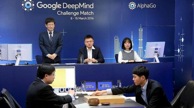 進化する人工知能技術。グーグル・ディープマインド社が開発したAI「アルファ碁」と対戦する、韓国のイセドル九段(右)=2016年3月9日、同社提供