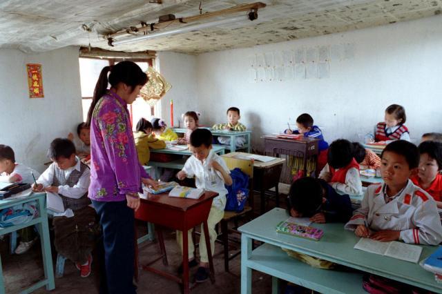 1998年4月、北京郊外、出稼ぎ労働者たちの子供たちが通う非合法の小学校。非合法小学校への取り締まりも強化されている。