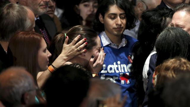 4月16日、アメリカ大統領選でクリントン陣営の集会に出席したサンディ・フック小学校での銃撃事件の犠牲者の遺族
