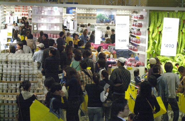 開店直後、買い物客でにぎわうイケア船橋(当時)=2006年4月