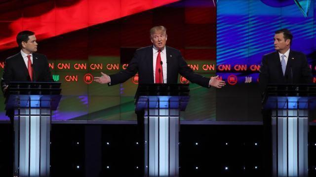 CNN主催のテレビ討論会に出たトランプ氏。左はルビオ氏、右はクルーズ氏=2016年3月10日