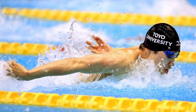 新聞に掲載された萩野公介選手の写真。萩野選手はこの泳ぎで、男子200メートル個人メドレーで優勝した=2016年4月9日、東京辰巳国際水泳場、西畑志朗撮影