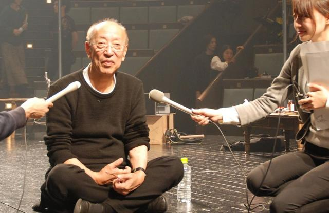 舞台上でインタビューに答える蜷川幸雄さん=2011年12月、さいたま市中央区