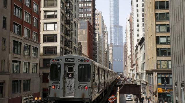 シカゴにあるトランプ氏所有のトランプタワーの前を走る地下鉄