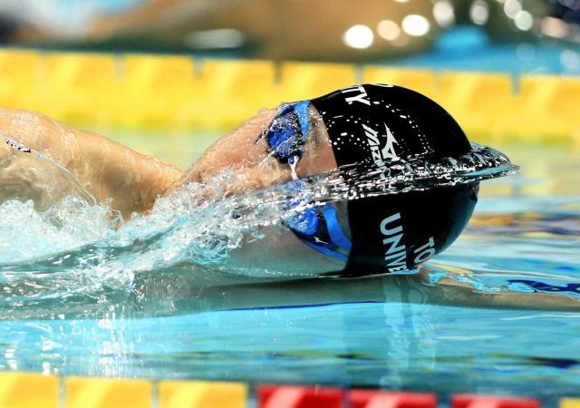 競泳の日本選手権、男子200メートル自由形で優勝した萩野公介選手。スタート直後の浮き上がりで、顔の真ん中に水しぶきができ、ウルトラマンのような姿に=4月5日、東京辰巳国際水泳場、西畑志朗撮影