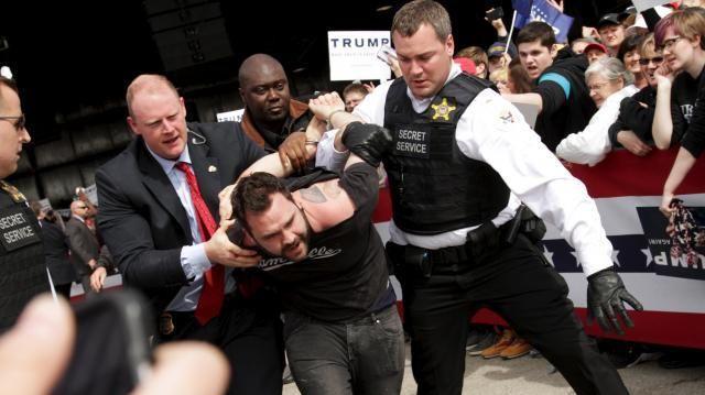 トランプ氏の選挙活動を妨害したため、警察に逮捕される男=2016年3月12日