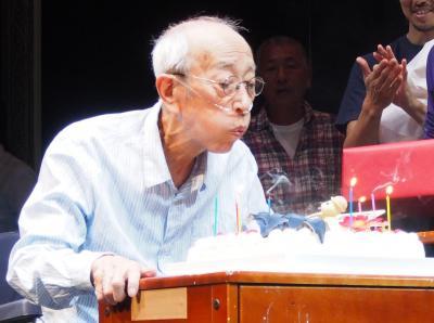 80歳の誕生日を祝われる蜷川幸雄さん=2015年10月15日、さいたま市の彩の国さいたま芸術劇場
