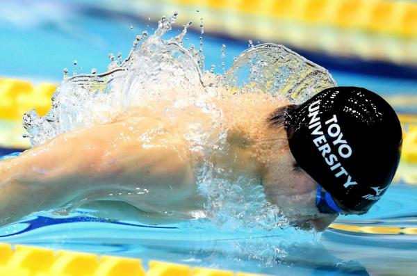 競泳の日本選手権、男子200メートル個人メドレーを日本新記録で優勝した萩野公介選手。スタート直後、バタフライの浮き上がりで水の形が羽根のように見えた=4月9日、東京辰巳国際水泳場、西畑志朗撮影