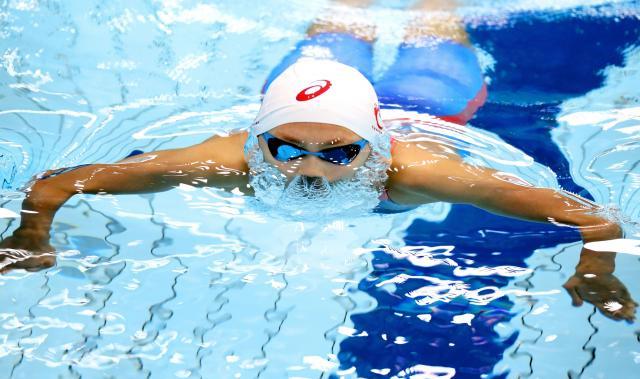200メートル個人メドレーで五輪出場を決めた今井月選手。200㍍平泳ぎの息継ぎで顔を上げる瞬間、顔の周りを覆うような水の形に=4月8日、東京辰巳国際水泳場、西畑志朗撮影