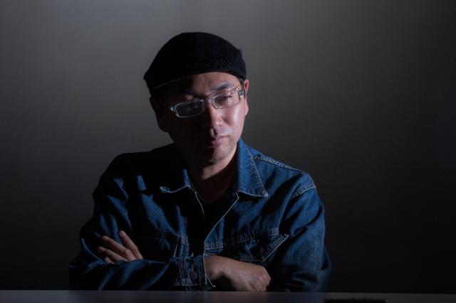 「薔薇族」の竜超編集長=鬼室黎撮影