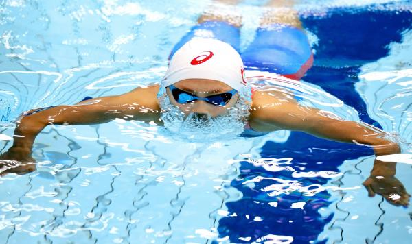 200メートル個人メドレーで五輪出場を決めた今井月選手。200メートル平泳ぎの息継ぎで顔を上げる瞬間、顔の周りを覆うような水の形に=4月8日、東京辰巳国際水泳場、西畑志朗撮影
