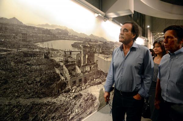 2013年8月、原爆資料館を見て回った米映画監督のオリバー・ストーン氏。「パノラマ写真は衝撃だった」