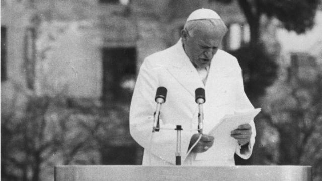 原爆ドームを背に「核兵器廃絶」のアピールするローマ法王ヨハネ・パウロ二世=1981年2月25日