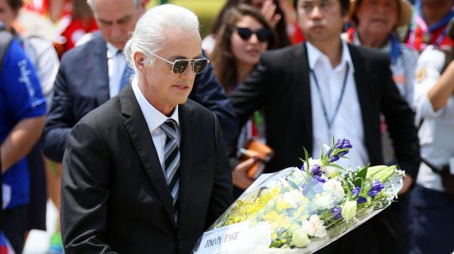 平和記念公園を訪れ、原爆死没者慰霊碑に花束を手向けるジミー・ペイジさん=2015年7月