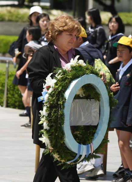 2008年、慰霊碑に献花するチェ・ゲバラの娘、アレイダ・ゲバラさん。原爆資料館では被爆死した子どもたちの衣服の前で涙を流した