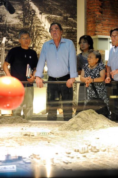 資料館を見学後、オリバー・ストーン監督は「広島についてもっと学ぶことだ。学べば意識は変えられる」と話した