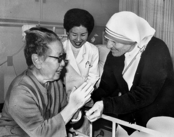 84年、マザー・テレサは被爆者らが入所する原爆養護ホームで一人ひとりに声をかけながら、手を握って励ました