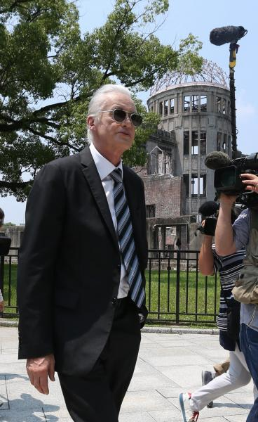 2015年7月、原爆ドーム前を歩く「レッド・ツェッペリン」のギタリスト、ジミー・ペイジさん。被爆70年の節目の夏に広島を訪れた