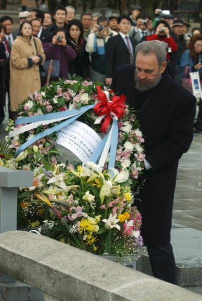 2003年、慰霊碑に献花するキューバのカストロ議長。ゲバラとは革命の同志で、広島訪問は長年の夢だったという