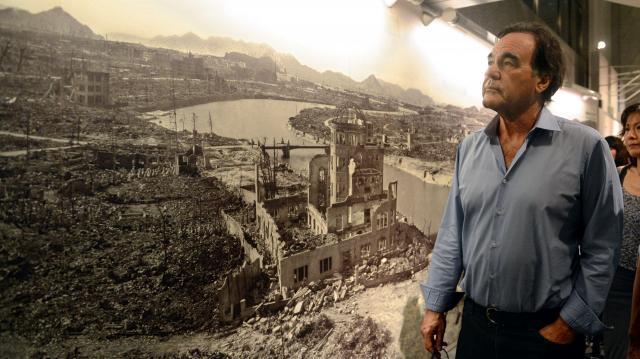 資料館を歩くオリバー・ストーン監督。「破壊された風景のパノラマ写真は衝撃だった」と話した。