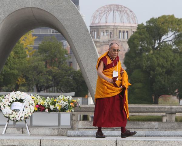 2010年、慰霊碑の前を通ってスピーチに向かうダライ・ラマ14世。「初めて広島を訪問したのは1960年代だったと思う」。以来、たびたび訪れている