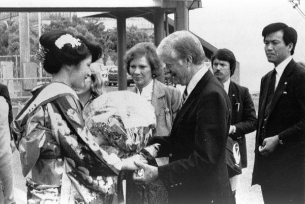 84年、ミス広島から花束を受け取るジミー・カーター前米国大統領。翌日、資料館を見学、慰霊碑にも参拝した。米大統領経験者として初の訪問だった