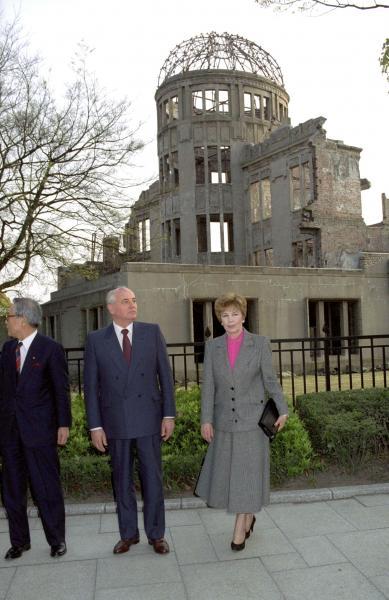 92年、原爆ドームの回りを歩く旧ソ連大統領ゴルバチョフ氏とライザ夫人