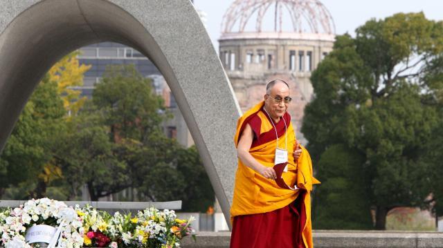 原爆死没者慰霊碑の前を通ってスピーチに向かうダライ・ラマ14世=2010年11月