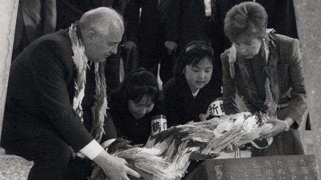 資料館を見学したゴルバチョフ氏(左)は、子どもらと一緒に原爆の子の像に折りづるをささげた=92年4月