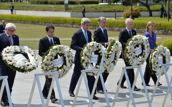 2016年4月、慰霊碑に献花する(左から)シュタインマイヤー独外相、岸田文雄外相、ケリー米国務長官、ハモンド英外相、ディオン加外相、モゲリーニEU外務・安全保障政策上級代表(外相)=代表撮影