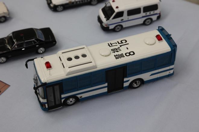 機動隊の輸送車の屋根には、実際に存在する「警視庁8―15」の文字を取り付けている