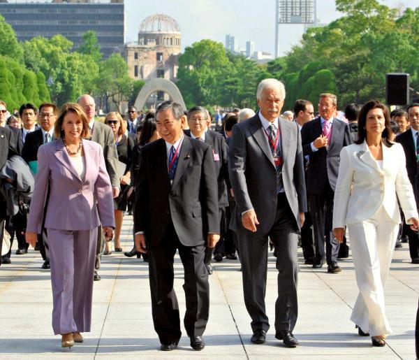 2008年9月、慰霊碑への献花を終え平和記念公園を歩くナンシー・ペロシ米下院議長(左端)と河野洋平衆院議長ら