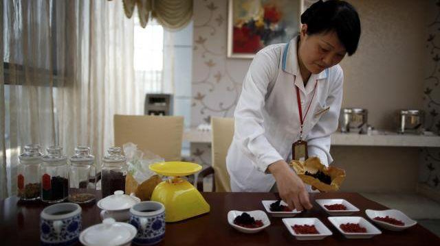 中国のベビーケアセンターで薬膳の準備をする女性