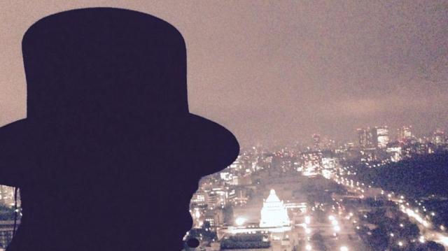 国会議事堂を見下ろす山田ルイ53世さん。健康番組で不健康な数字を期待される稀有なキャラクター
