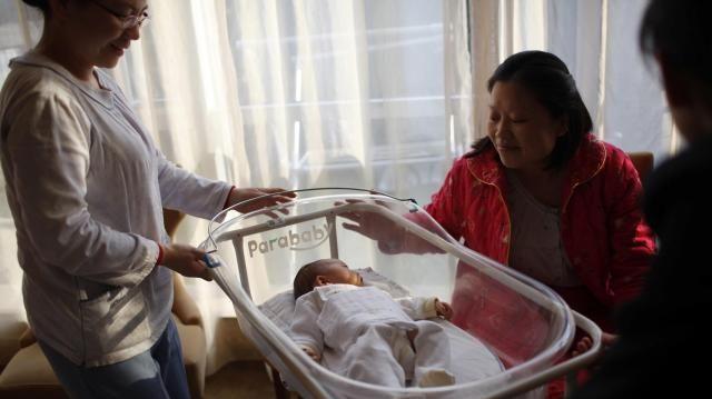 中国のベビーケアセンターにいるお母さんと赤ちゃん