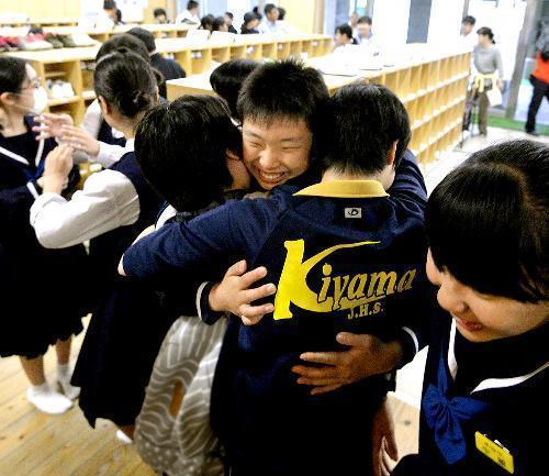 間借りした校舎で、学校再開を喜び抱き合う益城町立木山中の生徒たち=2016年5月9日、熊本県益城町の益城中央小、福岡亜純撮影