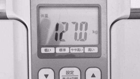 """ある日の体重計。「芸能界でも三本の指に入る""""でぶ""""」を自認する山田ルイ53世さん"""