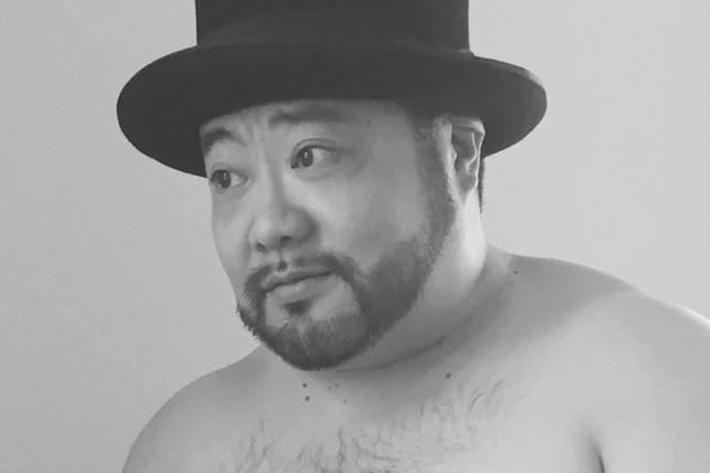 上半身をさらけ出すとプロレスラーのようなコスプレ状態になった髭男爵の山田ルイ53世さん