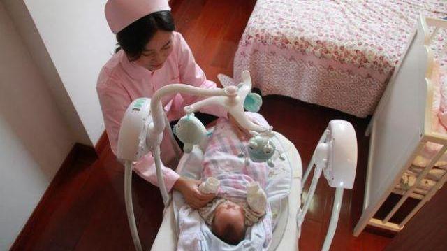 赤ちゃんの世話をする中国の「月嫂」