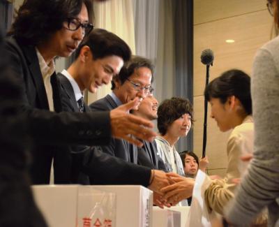 募金を呼びかける(左から)行定勲監督、高良健吾さん、姜尚中さん、米村亮太朗さん、柴田隆浩さん=5月17日午後、東京・有楽町、佐々木洋輔撮影