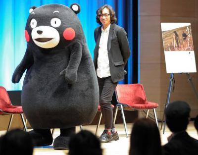 映画「うつくしいひと」のトークショーに、くまモンのエスコートで臨む行定勲監督(右)=5月17日午後、東京・有楽町、林敏行撮影