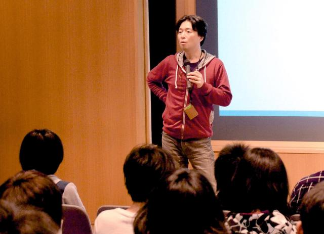 高校生に講演する小木曽さん=東京都立工芸高校