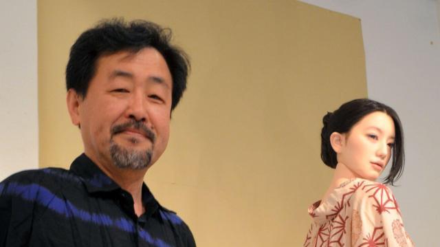 山下さんと、山下さんがプロデュースしたラブドール=東京・銀座のヴァニラ画廊