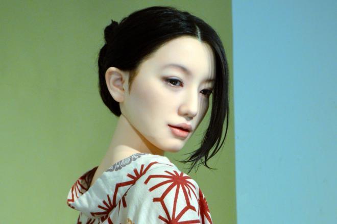 画家・池永康晟さんの絵画「如雨露」の女性を再現したラブドール=東京・銀座のヴァニラ画廊