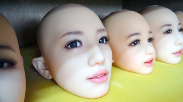 メイクが施されたラブドールの顔。眉毛なども自然に見える=東京都葛飾区のオリエント工業の工場