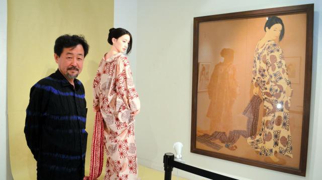 山下さんと、山下さんがプロデュースしたラブドール。絵の中から抜け出てきたかのようだ=東京・銀座のヴァニラ画廊