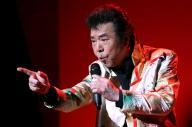 熱唱する冠二郎さん=2016年4月28日、東京都渋谷区、長島一浩撮影